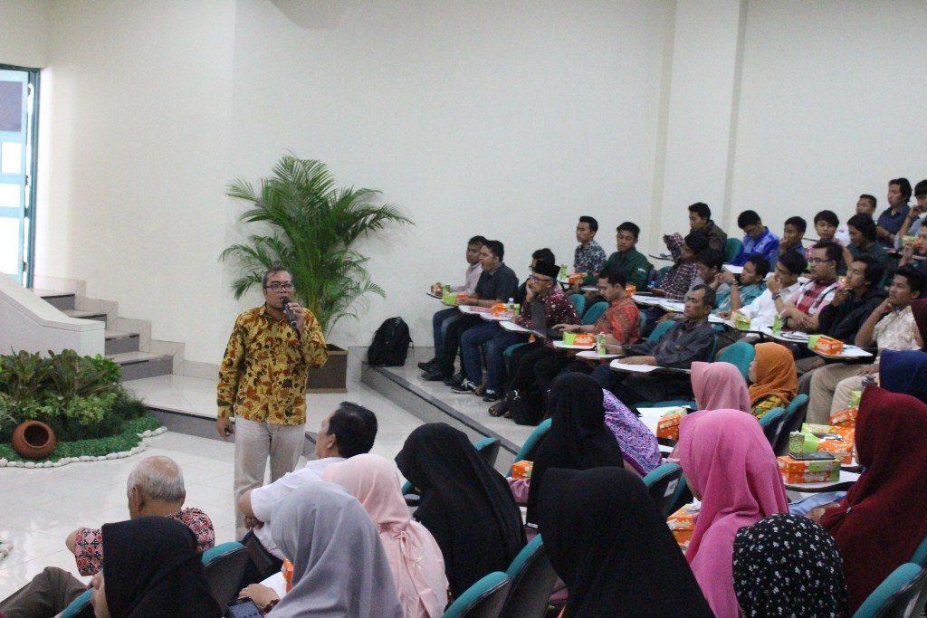 Kurnia Widodo menceritakan pengalaman hidupnya kepada seluruh peserta Seminar & Bedah Buku La Tay'as di Universitas Islam Indonesia Yogyakarta, Kamis, 8 Maret 2018 (Dok. Mufti)