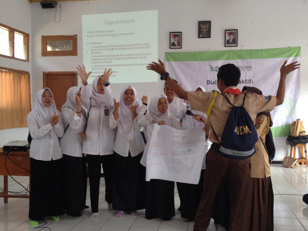Peserta menampilkan yel kelompoknya dalam Dialog Interaktif Belajar Bersama Menjadi Generasi Tangguh di SMAN 3 Pandeglang
