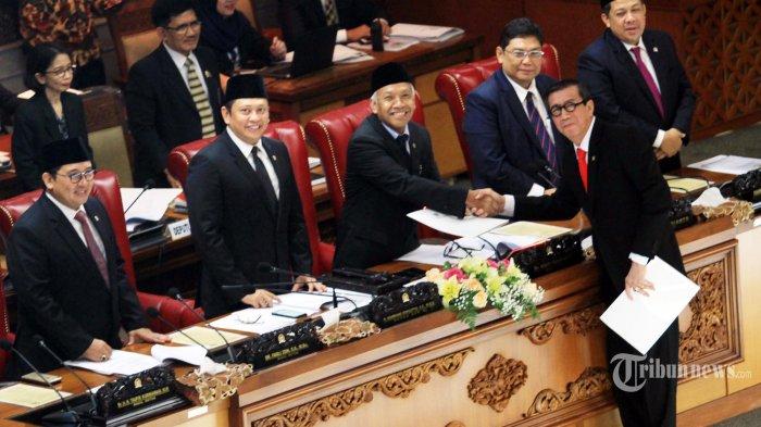 Menkumham Yasonna Laoly menyerahkan tanggapan pemerintah atas pengesahan RUU kepada pimpinan DPR pada Rapat Paripurna di Kompleks Parlemen Senayan, Jakarta, Jumat (25/5). Rapat Paripurna DPR resmi menyetujui revisi Undang-Undang Nomor 15 Tahun 2003 tentang Tindak Pidana Terorisme menjadi Undang-Undang.