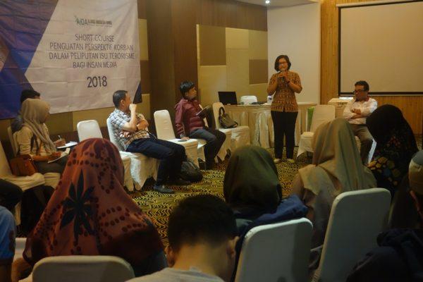 Wayan Leniasih, korban Bom Bali 2002, menyampaikan kisahnya dalam Short Course Penguatan Perspektif Korban dalam Peliputan Isu Terorisme Bagi Insan Media di Surabaya (10/7/2018).