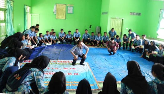 Para peserta mengikuti sesi permainan di sela kegiatan Dialog Interaktif di SMAN 13 Bandar Lampung (16/11/2017)
