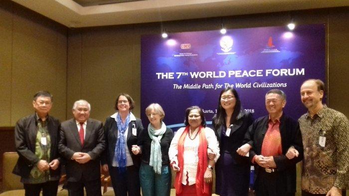 Kepala Utusan Khusus Presiden RI untuk Dialog dan Kerja Sama Antarnegara dan Peradaban (UKP-DKAAP), Din Syamsudin, bersama tokoh dari beberapa negara, di Hotel Sultan, Semanggi, Jakarta Pusat, Kamis (16/8/2018).
