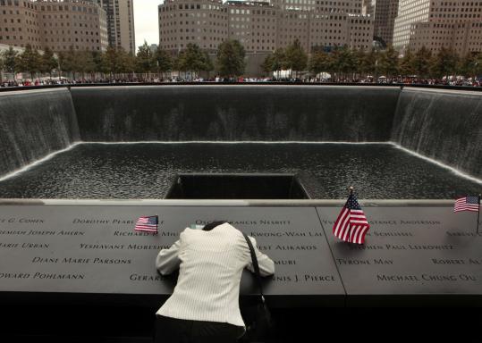 Dok. Boston.com - Seseorang tengah berkabung di tempat peringatan titik nol, mengenang kembali anggota keluarganya yang meninggal di World Trade Center 17 Tahun silam.